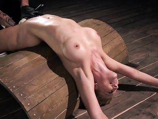 Связанная высокая блондинка с длинными ногами кончила от Hardcore дрочки