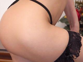 Эротичная русская худышка сладко дрочит вагину пальцами на полированном столе