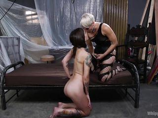 Госпожа в эротичном черном белье засадила страпон в сраку молодой рабыне