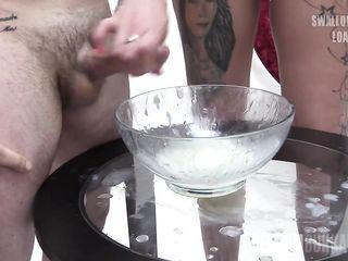 Привлекательная блондиночка в одежде кушает сперму друзей своей подруги