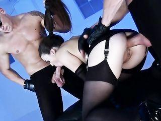 Брюнетку в чулках и корсете двое мужиков трахают в дырочки и дарят горячий анал членами