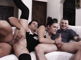 Худенькая брюнетка принимает анал и двойное проникновение от своих мужчин на диване