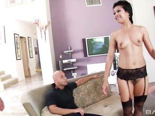 Мужики жестко разрывают анал азиатской проститутке