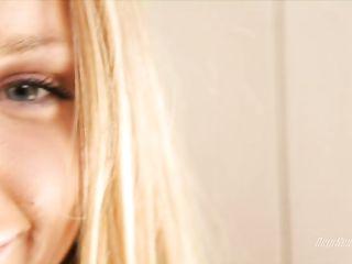 Блондинка сняла белые трусики и надрочив клитор пальцами, насела киской на розовый дилдо