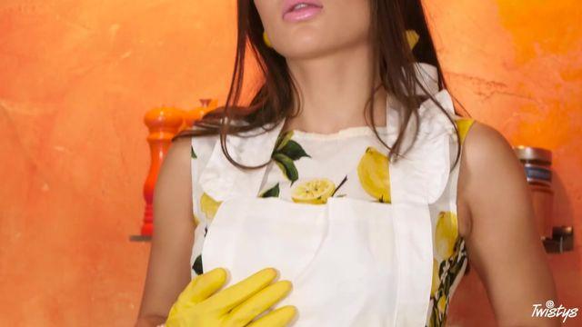 Любителей домохозяйка мастурбирует на кухне порно видео подглядывание наказание канал