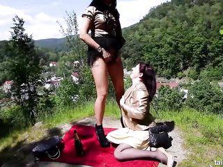 Лесбиянки в одежде на природе напоили друг друга золотым дождем и затрахали щели руками