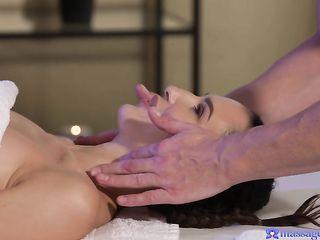 Парень на массаже нежно ласкает тело брюнетки и доводит красотку до сквирта пальцами и членом