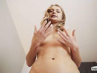 Волосатый любовник вылизал русской девушке киску, оттрахал пальцами вагину и ввел свой член