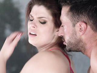 Брюнетка обожает секс втроем и принимает от мужчин двойное проникновение