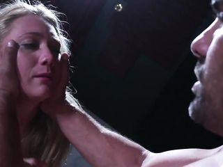 Мужчина в кресле устроил для блондинки Hardcore и жестко трахает ее в выбритую киску