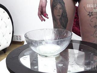 Девушка надрачивает мужские фаллосы рукой и наполняет миску спермой, чтобы после испить ее