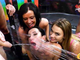 Немецкое порно, где три шлюхи обслуживают толпу мужчин и принимают от них золотой дождь и сперму