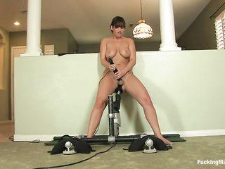 Грудастая брюнетка раздвинула ножки для секс машины и надрачивает свой клитор вибратором