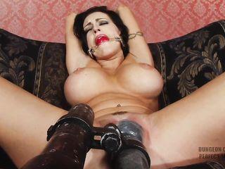 Грудастая брюнетка сидит на диване связанной и получает БДСМ мастурбацию шустрым вибратором