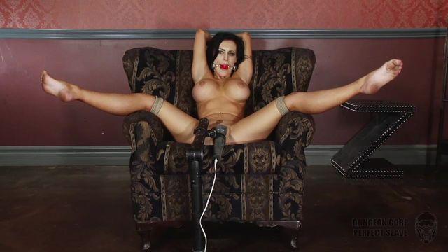 Красивых секс с подругой брюнеткой на диване порно мамки