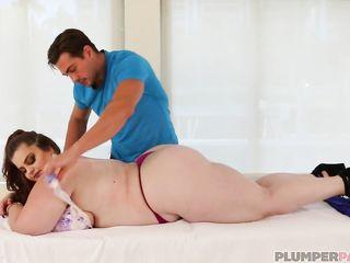 Жирная женщина после минета трахается с массажистом в спальне и подставляет щель для ласки
