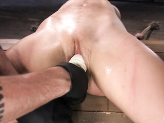Связанную по рукам и ногам блондинку мужик доводит до оргазма посредством Hardcore дрочки