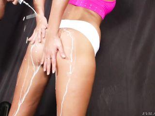 Блондинки лесбиянки развлекают свои попки шприцом со сливками и трахают дырку игрушкой