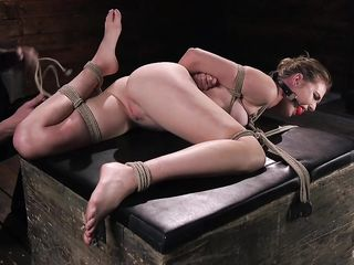 Блондинка испытывает на себе БДСМ бондаж и жесткую мастурбацию сексуальными игрушками