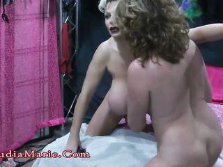 Две женщины с большими сиськами развлекают друг друга лаской груди и страстной мастурбацией