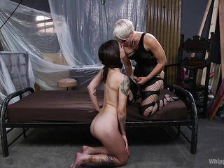 Строгая Госпожа блондинка любит фемдом и ставит свою рабыню брюнетку раком, трахая ее страпоном
