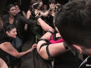 Толпа извращенцев привязала девушку и мучают ее не только оргией, но и электро сексом для писи