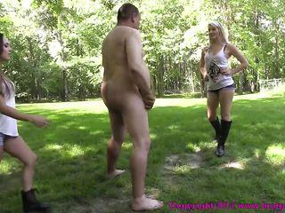 Две молодые девушки на природе для толстого мужика устроили фемдом и бьют его по яйцам