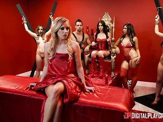 БДСМ вечеринка, где Госпожа приказывает рабыням исполнять ее сексуальные желания