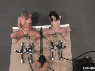 Три телочки в комнате секса доводят мокрые щелочки до сквирта при помощи секс машины