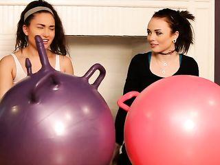 Две молоденьких лесбиянки помогают друг другу разрабатывать попки сексуальной игрушкой