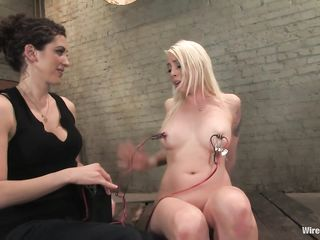 Блондинка сидит с прицепленными проводами к соскам, и знакомиться с жестким электро сексом