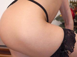 Длинноногая русская девушка на каблуках раздвинула ножки и занялась страстной мастурбацией