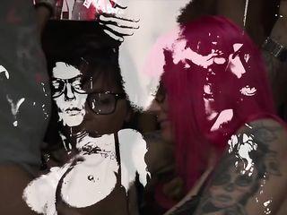 Смачный буккаке на порно вечеринке в клубе с двумя очкастыми бабами