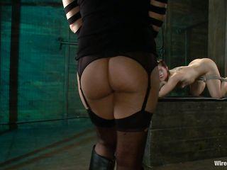 Сексуальная любительница электро БДСМ секса отдается раком подруге на жесткую порку