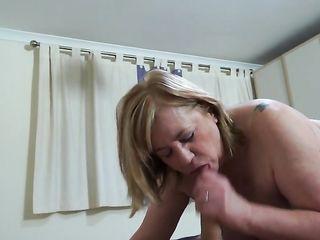 Парня возбуждают зрелые женщины с пышными сиськами и голыми задницами в самых откровенных позах в сексе