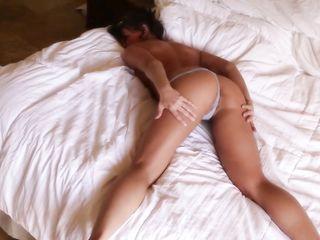 Длинноногая девушка с модельным телом сексуально показывает эротику в комнате и нежно ласкает себя