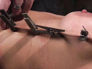 Зрелая блондинка обожает сквирт и бондаж, поэтому позволяет себя связывать веревками и сексуально пытать