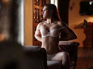 Обнаженная девушка с красивой грудью показала лучшую эротику, уместившись в миссионерской позе на диване