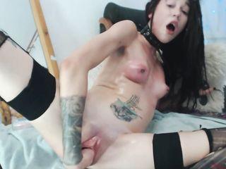Страстная девушка в секс наряде показала перед мастурбацией и фистингом раскрытую киску и сочную задницу
