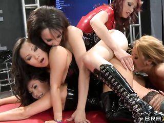 Сексуальные азиатки-лесбиянки устроили бурную оргию, чтобы развлекаться толпой и получать дикие оргазмы