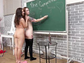 Соблазнительные лесбиянки, писающие в сосуды, играют в обнаженном виде и сильно возбуждаются в комнате