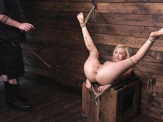 Смазливой блондинке с длинными ногами бондаж доставляет удовольствие, от чего развратница кончает
