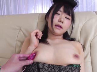 Отборное японское порно, где хозяин доводит при помощи секс игрушек миниатюрную горничную до оргазма