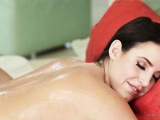 Аппетитная брюнетка с большими сиськами занялась лесбийским сексом с худенькой массажисткой
