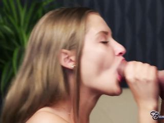 Голая деваха с маленькими сиськами отсасывает пенис молодому продюсеру и дрочит свою киску