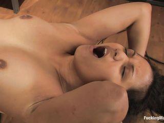 Молодая девушка получила супер удовольствие от траха пилотки особой секс машиной