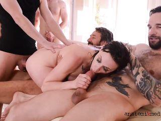 Красивая брюнетка участвует в оргии с ненасытными мужиками, которые дерут ее во все щели твердыми пенисами