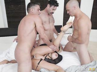 Блондинка принимает участие в групповушке и достигает качественного сквирта, впуская пальцы мужика в лоно