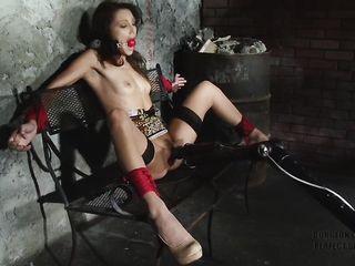 Развратная брюнетка в сексуальном наряде впервые попробовала бондаж и получила несколько оргазмов от вибратора