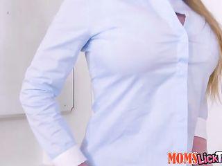 Сексуальные лесбиянки резвятся после занятий в кабинете с большим страпоном из резины и дико кончают